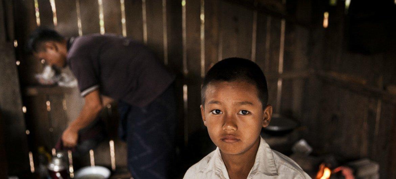طفل في التاسعة من عمره، أصيب قبل عامين في انفجار بولاية كايين في ميانمار.