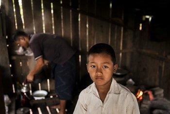 这个9岁的儿童是缅甸一位乡村牧师的儿子。两年前,他因误触未爆战争遗留爆炸物而受伤。儿基会图片/Brown