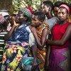 Les réfugiés continuent d'arriver en République démocratique du Congo. Un groupe de femmes burundaises attendent que des denrées alimentaires soient distribuées au centre de transit de Kamvivira. HCR/Eduardo Soteras Jalil