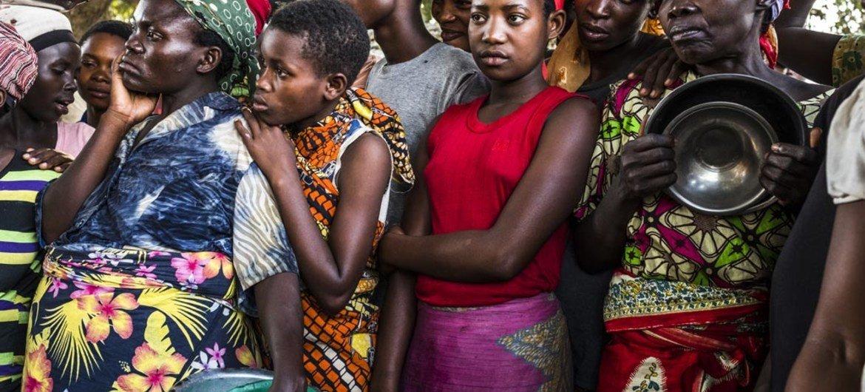 مجموعة من اللاجئات البورونديات يقفن بانتظار تلقي مساعدات غذائية في مركز استقبال للاجئين. UNHCR/Eduardo Soteras Jalil