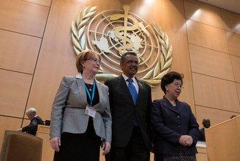 Tedros Adhanom Ghebreyesus (centro), Veronika Skvortsova, presidenta de la Asamblea General de la OMS (izquierda), y Margaret Chan, directora general de la OMS. Foto: OMS/L. Cipriano