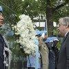 El Secretario General, António Guterres, deposita una corona de flores en honor de los cascos azules muertos en servicio. Foto: ONU/Mark Garten