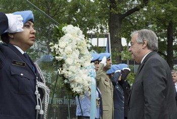 联合国秘书长古特雷斯向所有因公殉职的维和人员敬献了花圈默哀致敬。