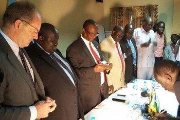 Le Représentant spécial de l'ONU au Soudan du Sud, David Shearer (à gauche), assiste à la signature d'un accord pour cesser les hostilités entre les régions de Jonglei et Boma. Photo MINUSS