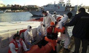 En el puerto de Lampedusa, los guardacostas italianos desembarcan a los supervivientes de un naufragio en el Mediterráneo. Foto: ACNUR / Federico Fossi
