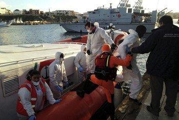在兰佩杜萨的码头,意大利海岸警卫队让在地中海上获救的幸存者上岸。 (2015年2月图片)