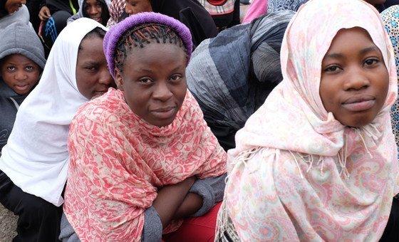 Migrantes em centro de detenção na Libia.