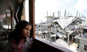 Una niña palestina mira desde su casa en Gaza la destrucción a su alrededor. Foto: UNICEF