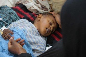 طفل يمني يعاني من الإسهال الحاد أو الكوليرا يتلقى العلاج في مستشفي بصنعاء.  © UNICEF/UN065873/Alzekri