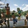 Au Brésil, de jeunes riverains de la forêt nationale du Tapajós se baignent dans la rivière pour se rafraîchir de la chaleur intense du soleil.