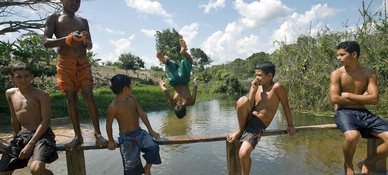 Jóvenes residentes en el bosque nacional Tapajós, en Brasil.