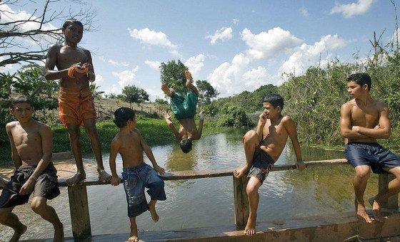 Crianças brincam na Floresta Nacional de Tapajós, no Brasil.