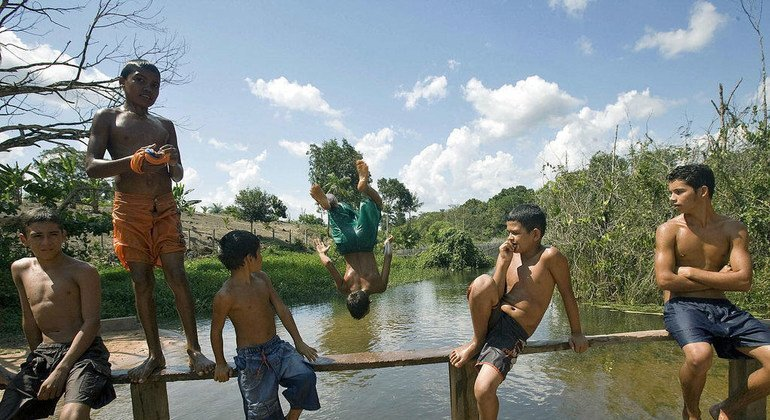 Jóvenes residentes en el bosque nacional Tapajós, en Brasil, nadan en el río para refrescarse del intenso calor.