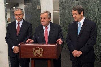 Point presse du Secrétaire général de l'ONU, António  Guterres, en présence des dirigeants chypriote turc (à gauche) et chypriote grec le 4 juin 2017 au siège des Nations Unies à New York.