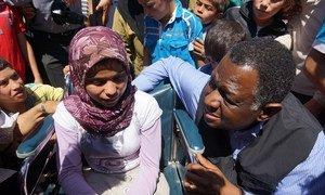 Le Directeur exécutif d'UNFPA, le Dr. Babatunde Osotimehin, avec une adolescente syrienne ayant des besoins spéciaux dans le camp de Nizip, en Turquie.