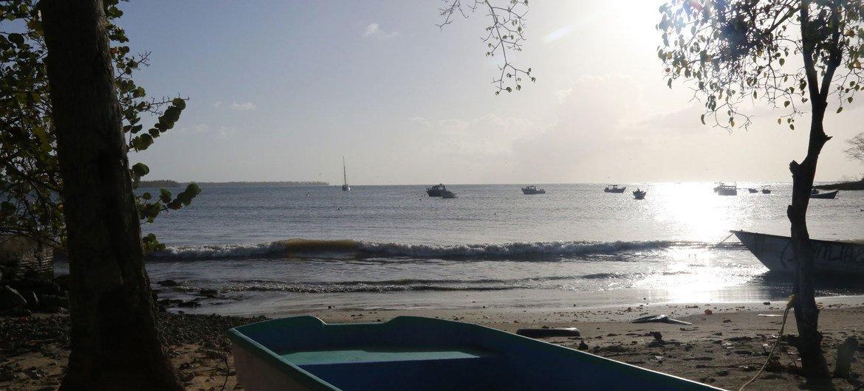 Balsas en Buccoo Bay, Tobago. El turismo es la principal industria de la isla y emplea a más de la mitad de los aproximadamente 60.000 residentes.