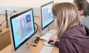 Dos jóvenes navegan en internet.