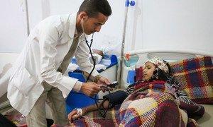 À l'hôpital Al Sab'een à Sanaa, au Yémen, un médecin osculte une jeune fille souffrant du choléra. Photo UNICEF/Fuad
