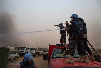 6月8日,联合国马里特派团维和人员在基地被拍击炮击中后正在扑火。联合国图片/Sylvain Liechti