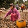 Esta niña de 13 años trabaja construyendo y reparando carreteras por unos tres dólares al día en el estado de Kachin (Myanmar). Foto: UNICEF/UN061799/Brown