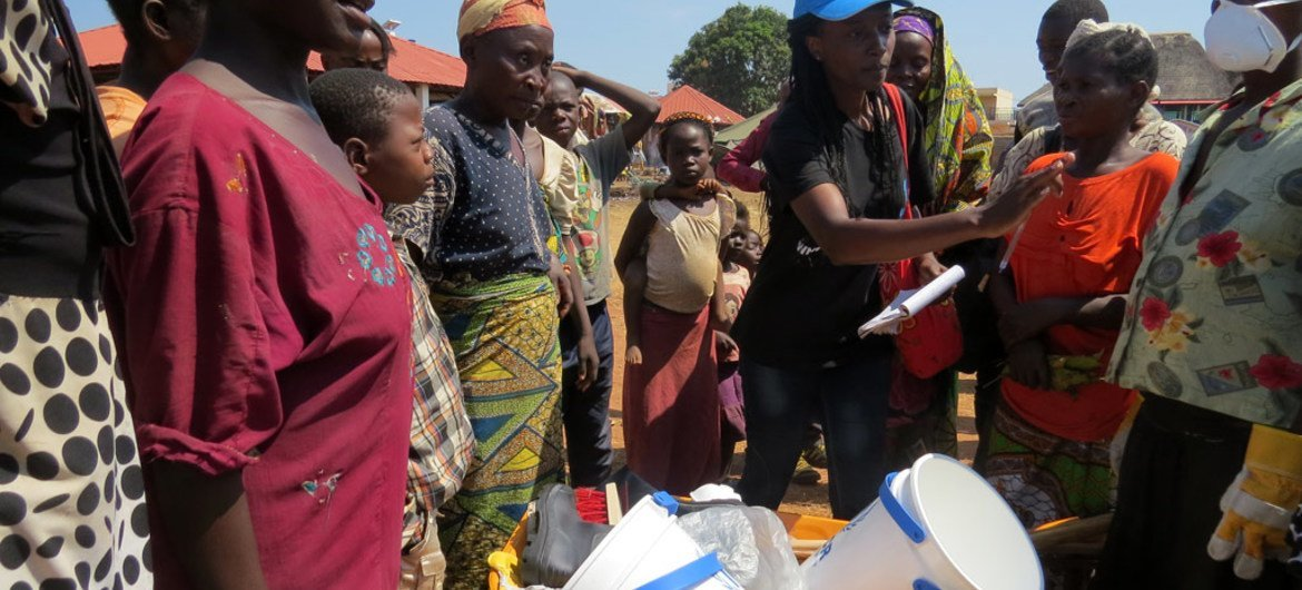A UNHCR field officer and a team of volunteers begin waste clean-up at the Cacanda reception centre, Angola where thousands of refugees from DRC are sheltering.