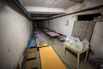 Un abri souterrain dans une école du village de Hranitne, situé le long de la ligne de contact qui divise les zones contrôlées par le gouvernement et celles qui ne le sont pas, dans l'est de l'Ukraine. Photo UNICEF/Kozalov