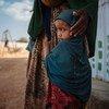 Cette fillette de deux ans avec sa mère et son frère, a marché 125 km en Somalie à la recherche d'eau et de nourriture. Photo Muse Mohammed/OIM
