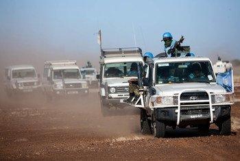 Des membres d'un contingent de la MINUAD postés à Um Baro (Nord-Darfour) patrouillent dans le village de Basma (archives).