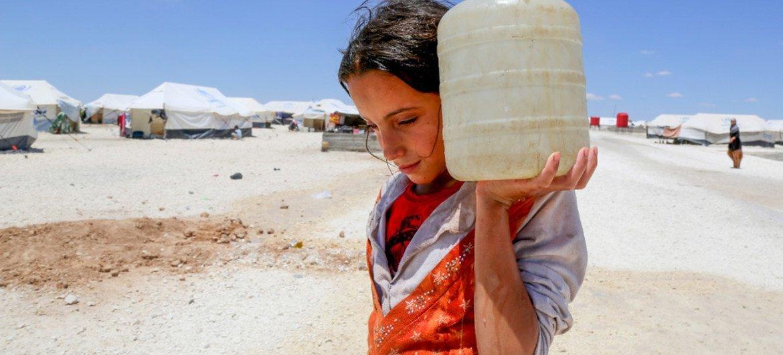 Horriya, de doce años, carga un bidón de agua en el campamento de Ain Issa, a cincuenta kilómetros al norte de Al Raqqa.