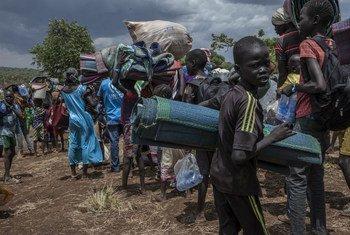 Después de tres días viajando, refugiados sursudanenses llegan al campamento de Gure Shembola en Etiopía. Foto: ACNUR/Diana Díaz