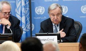 Le Secrétaire général de l'ONU, António Guterres (à droite), lors d'une conférence de presse à New York. Photo ONU/Evan Schneider