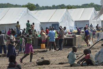 Refugiados sursudaneses en Uganda. Foto de archivo: ONU/Mark Garten
