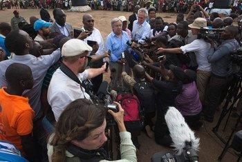 秘书长古特雷斯在乌干达北部的难民营向媒体发表讲话。联合国图片/Mark Garten