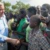 Katibu Mkuu wa UN Antonio Guterres akisalimiana na watoto wakimbizi wakati wa ziara yake huko kambi ya wakimbizi ya Imvepi nchini Uganda