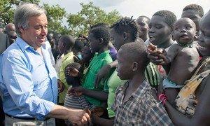 Le Secrétaire général António Guterres au camp d'Imvepi, en Ouganda. Photo ONU/Mark Garten