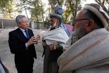 Le Représentant spécial du Secrétaire général pour l'Afghanistan, Tadamichi Yamamoto, lors d'une visite dans la province de Nangarhar (archives)