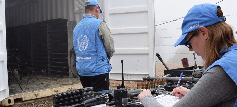 مراقبون من بعثة الأمم المتحدة في كولومبيا يقومون بتسجيل أسلحة القوات المسلحة الثورية الكولومبية (فارك). UN Mission in Colombia