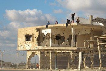 Grupo de jóvenes en un edificio abandonado de Gaza.