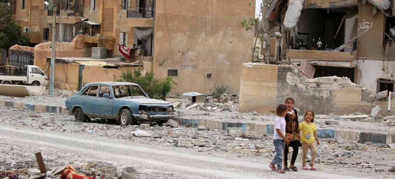 2017年5月,三名女孩在叙利亚一条破败不堪的街道行走。她和她的家人在屡次流离失所后回到家乡。