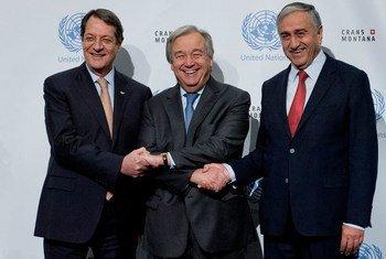 Le Secrétaire général des Nations Unies, António Guterres (au centre) avec le dirigeant chypriote turc, Mustafa Akinci (à droite) et le dirigeant chypriote grec, Nicos Anastasiades (à gauche) lors de la Conférence sur Chypre à Crans-Montana, en Suisse.