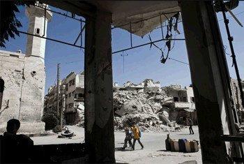 من الأرشيف: طلاب مدرسة يمرون بين المباني المدمرة في معرة النعمان بسوريا.
