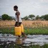 Dos niños recogen agua a las afueras de Juba, en Sudán del Sur.