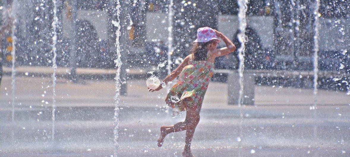 Crianças e mulheres são mais afetadas pela falta de água.