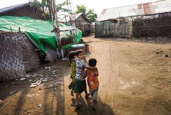 Des enfants marchent sur un chemin entre les abris d'un camp de personnes déplacées dans l'État de Rakhine, au Myanmar, le 6 avril 2017. La plupart des personnes déplacées sont des femmes et des enfants (archive)