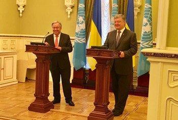 Le Secrétaire général des Nations Unies, António Guterres (à gauche), aux côtés de Petro Poroshenko, Président de l'Ukraine, lors d'une conférence de presse à Kiev, en Ukraine.