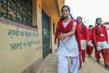 झारखंड राज्य के गिरीडीह में स्कूल जा रही कुछ छात्राएं.