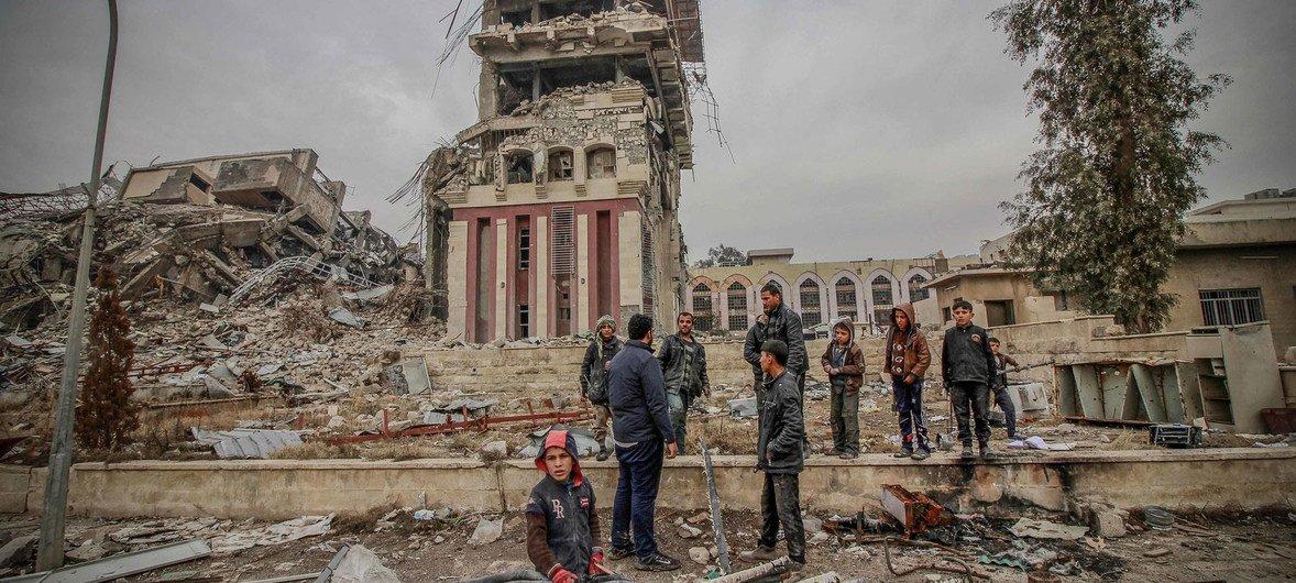 Civiles en la zona de la Universidad de Mosul, destruida tras los combates. Foto: OCHA / Themba Linden
