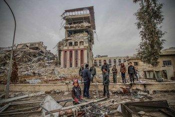 Les civils à la recherche de nourriture près du bâtiment de la présidence de l'Université de Mossoul, qui porte sur les cicatrices des combats entre les troupes iraquiennes et les combattants de Daech.