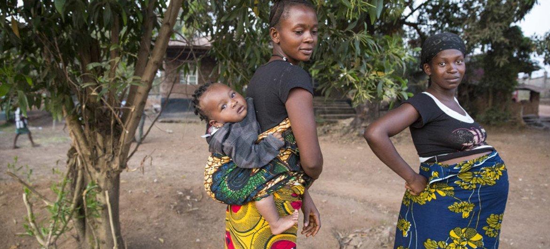 Deux femmes et un bébé dans un village près de la ville de Makeni, dans la province du nord de la Sierra Leone. Photo ONU / Martine Perret