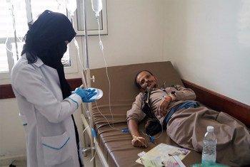 Enfermo de cólera en Yemen recibe tratamiento en una de las escasas instalaciones médicas que todavía funcionan. Foto: OCHA